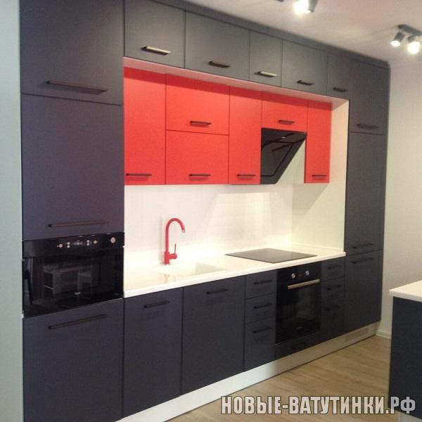 Кухня с двухярусными шкафами, черно-бело-красная.png
